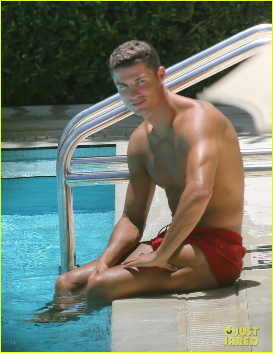 WE LOVE HOT GUYS: Cristiano Ronaldo shows off his muscles