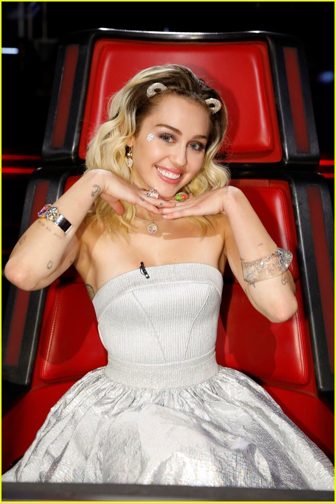 Video Miley Cyrus Godmother Dolly Parton Sing Jolene Live On The Voice With Pentatonix Photo 3817593 Dolly Parton Miley Cyrus Music Pentatonix The Voice Pictures Just Jared