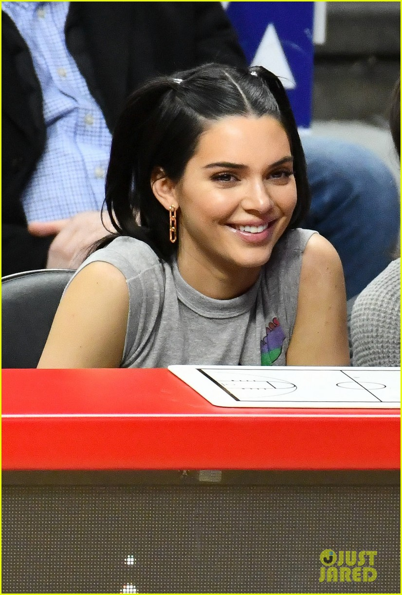 Kendall Jenner Charlotte Lawrence Have A Girls Night At Philadelphia 76ers Game Photo 4204460 Charlotte Lawrence Kendall Jenner Pictures Just Jared