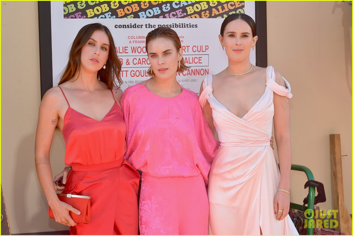 rumer willis support sisters once upon time hollywood premiere 034325696