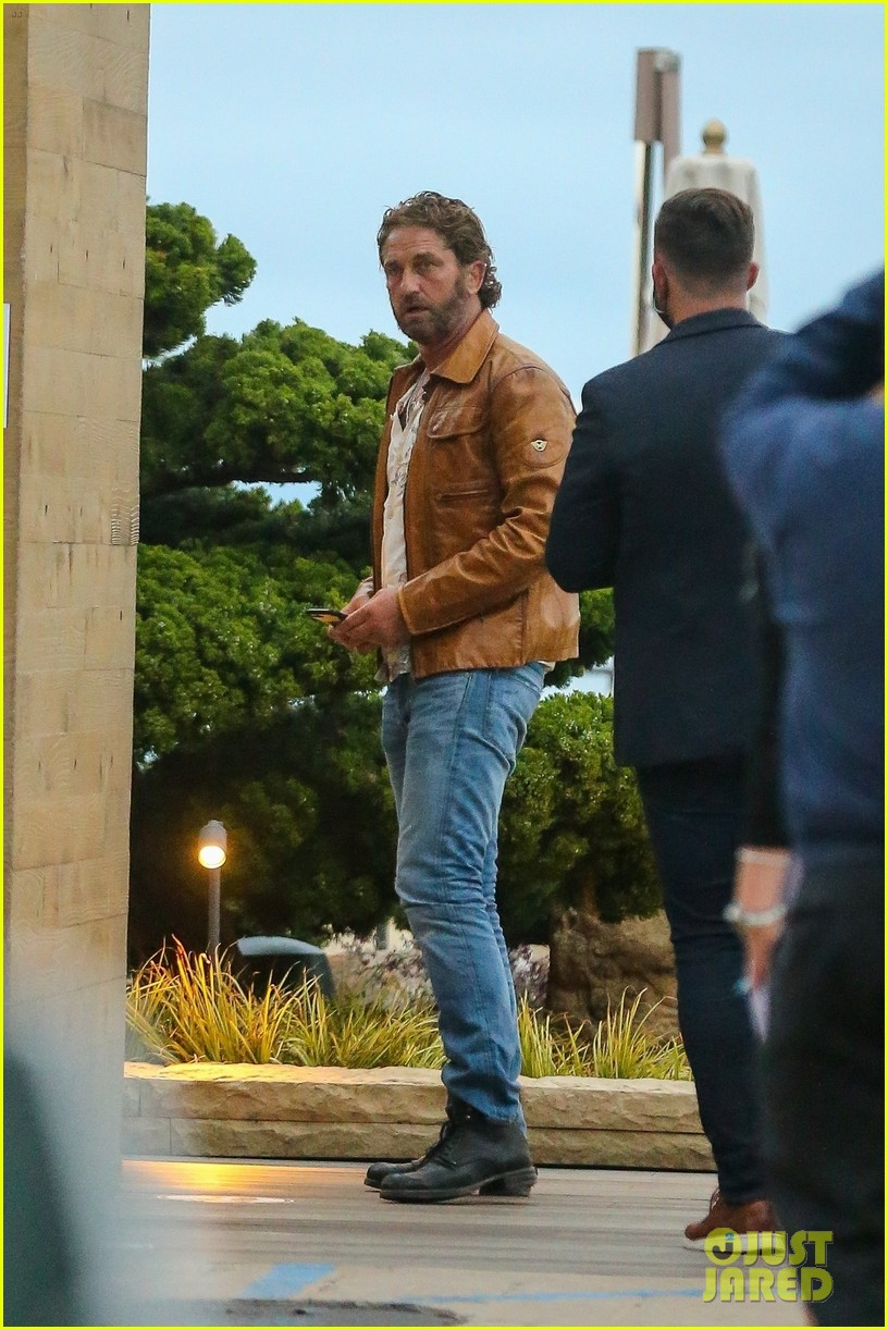 gerard butler goes out for dinner 05
