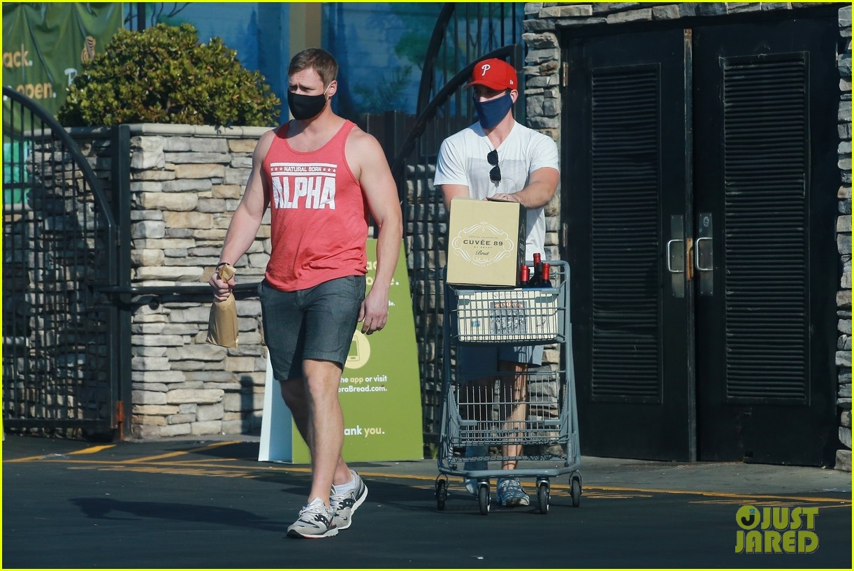 miles teller shopping with a friend 024466364