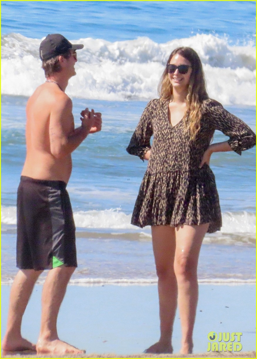 robin thicke goes shirtless for beach day with his family 014526841