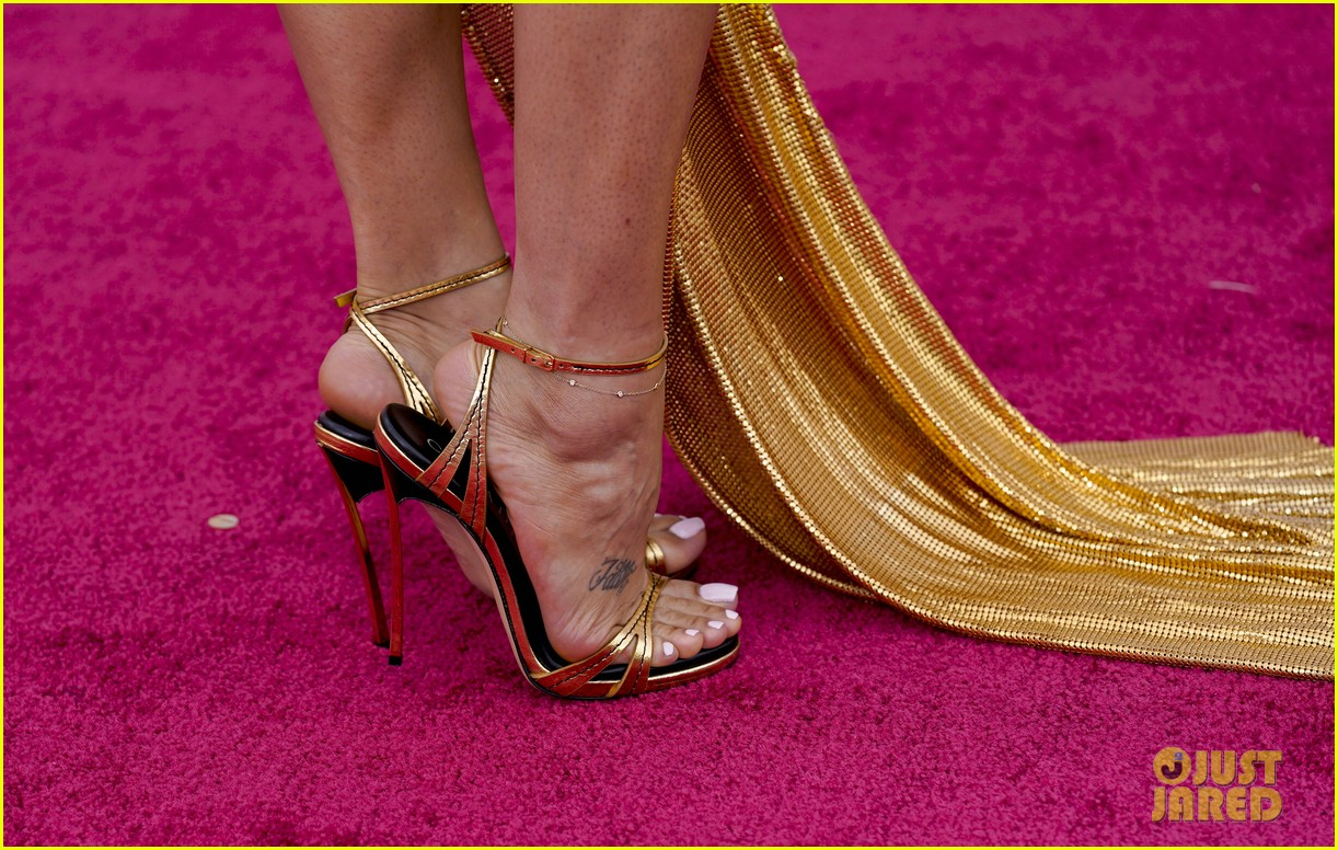 gold trend looks red carpet oscars 094547955