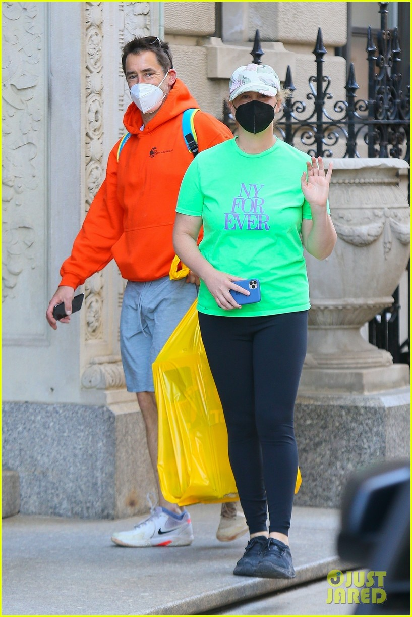amy schumer shows off love for ny out chris fischer 034539650