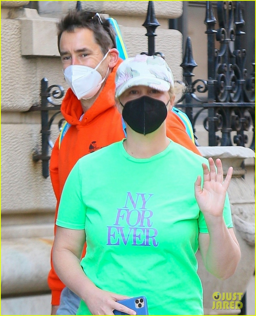 amy schumer shows off love for ny out chris fischer 044539651
