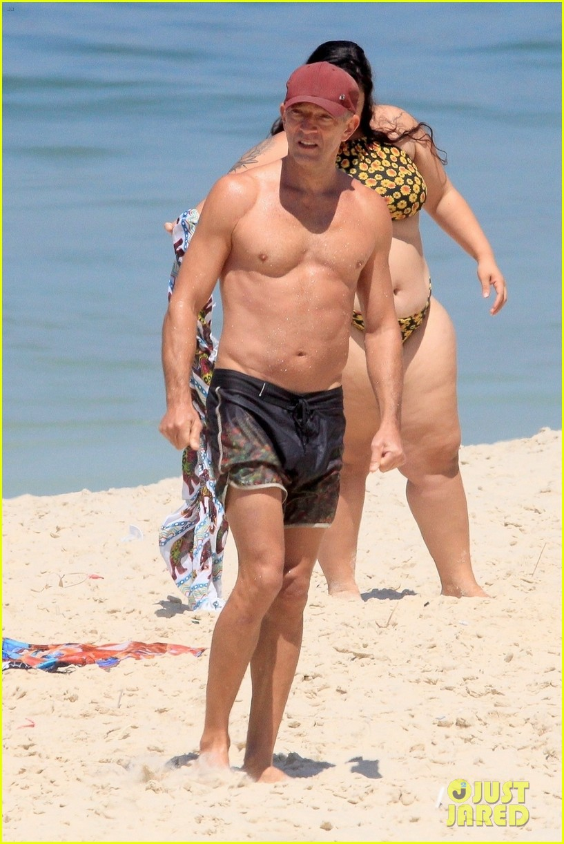 vincent cassel ripped abs day at the beach 024545247