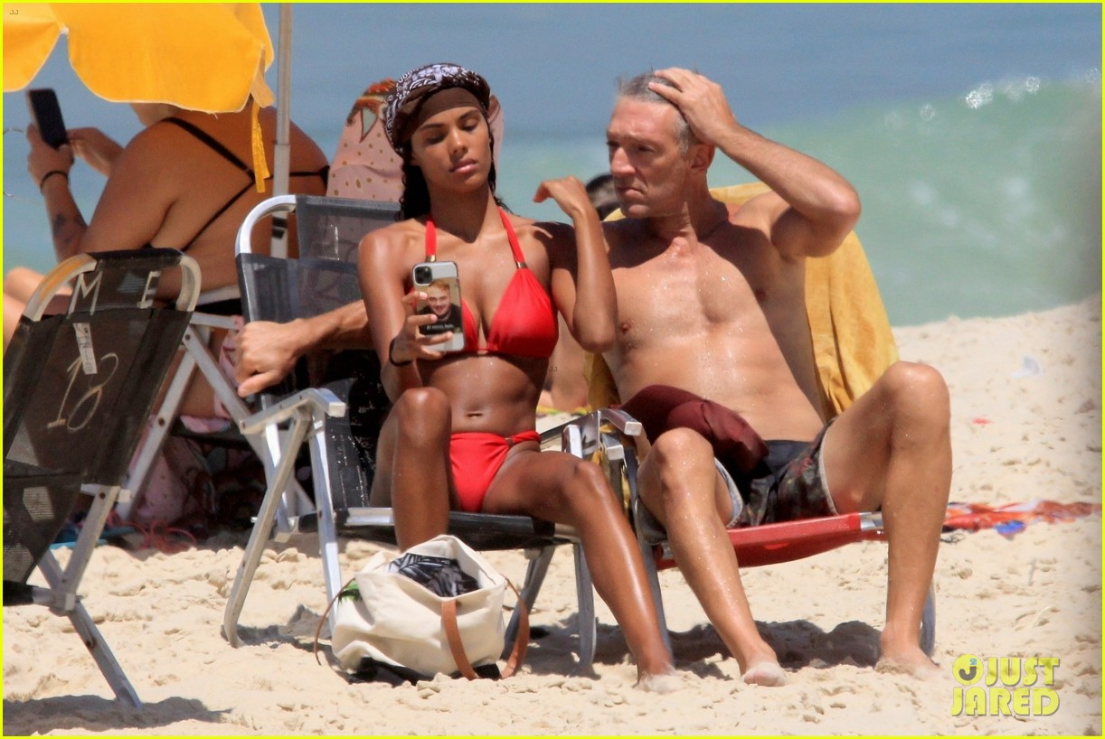 vincent cassel ripped abs day at the beach 034545248